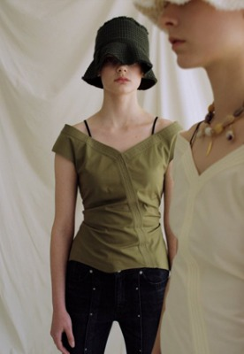 Anderssonbell앤더슨벨 (5월 5주차 출고예정) JUNE OFF-SHOULDER BLOUSE atb326w(Khaki)